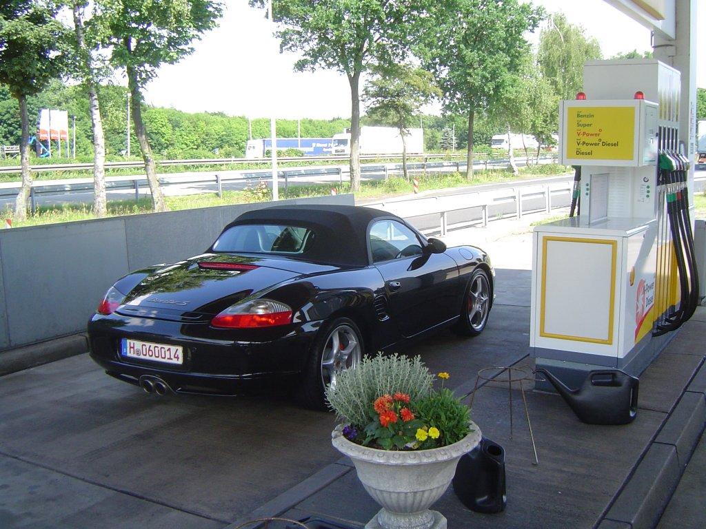 Porsche 986S in schwarz vor Tankstelle