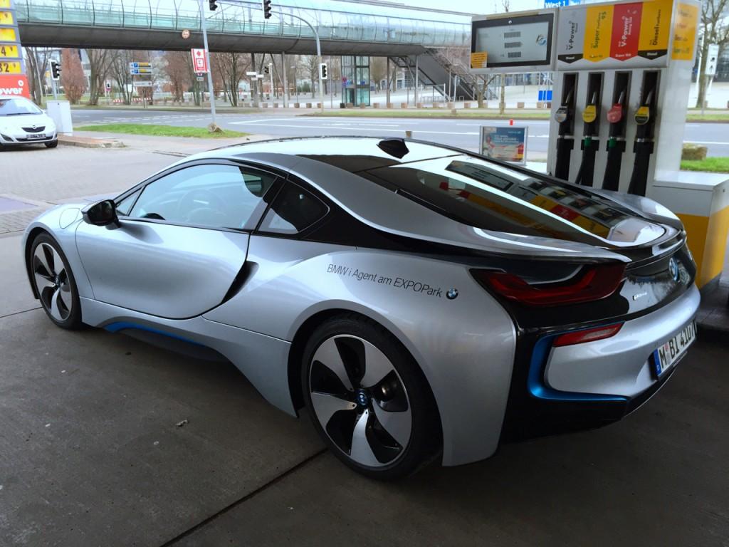 BMW i8 an der Zapfsäule